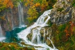 美丽的瀑布的详细的看法在阳光下在Plitvice国家公园,克罗地亚 库存照片