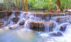 美丽的瀑布,在国家公园Kanjanabur的Huay Mae钾极小的瀑布 库存照片