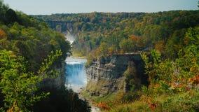 美丽的瀑布,流经一道深峡谷的河 Letchworth国家公园 4K 10位录影 股票视频