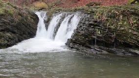 美丽的瀑布从一个巨大的岩石出来 股票录像