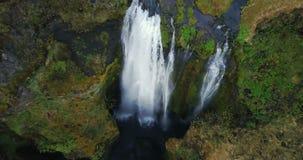 美丽的瀑布Gljufrabui的顶视图在冰岛 提高的直升机,水从山的顶端跌倒 股票录像