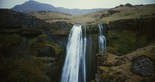 美丽的瀑布Gljufrabui的鸟瞰图在冰岛 在著名视域附近的直升机飞行,强有力的小河 股票录像