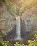 美丽的瀑布Taughannock在北部NY落 免版税库存图片