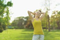 美丽的火光公园纵向松弛妇女 免版税库存照片