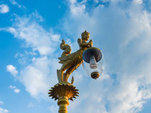 美丽的灯在蓝天下 免版税库存图片