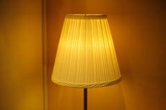 美丽的灯罩在卧室 库存图片