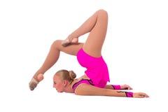 美丽的灵活的女孩体操运动员 免版税库存照片
