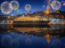 美丽的烟花在伊斯坦布尔,与加拉塔塔的都市风景 免版税库存照片