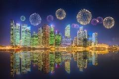美丽的烟花在小游艇船坞咆哮,新加坡地平线 免版税库存图片