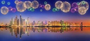 美丽的烟花在迪拜小游艇船坞 阿拉伯联合酋长国 免版税库存图片
