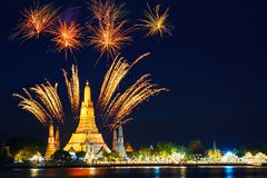 美丽的烟花黎明寺寺庙在晚上在曼谷 免版税图库摄影