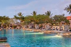 美丽的热带手段和温泉在日落时间 免版税库存照片
