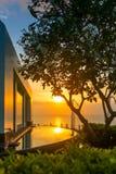 美丽的热带手段和温泉在日落期间在巴厘岛 免版税库存图片