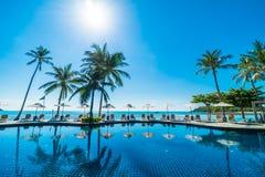 美丽的热带海滩和海有伞的和椅子在游泳场附近 免版税库存照片