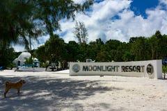 美丽的热带海滩有墙壁标志月光手段的酸值荣Samloem海岛 库存图片