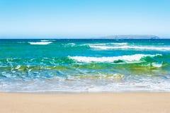 美丽的热带海滩用绿松石水 库存图片