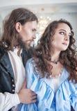 美丽的热情的夫妇妇女和人中世纪衣裳的 免版税库存照片