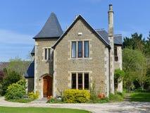 美丽的独立式住宅和庭院 免版税库存照片