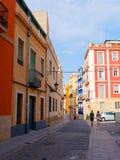 美丽的狭窄的胡同在老镇阿利坎特 西班牙 免版税图库摄影