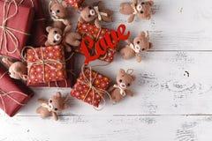 美丽的玩具涉及与礼物盒,破旧的c的木背景 免版税库存照片