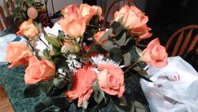 美丽的玫瑰和康乃馨 库存图片