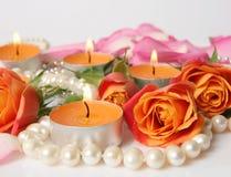 美丽的玫瑰和灼烧的蜡烛 免版税库存图片