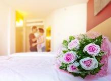 美丽的玫瑰开花在白色床和迷离甜点爱的花束 免版税库存图片