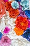 美丽的玫瑰色墙壁由五颜六色的纸,情人节backg制成 图库摄影