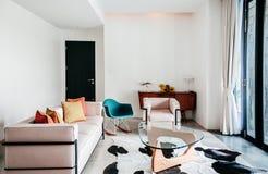 美丽的现代减速火箭的家具扶手椅子沙发桌内部wi 免版税库存图片