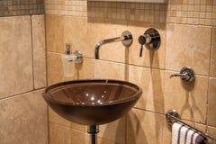 美丽的现代古典卫生间在豪华新的家 免版税库存照片