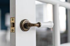 美丽的现代门把手 从一个高级家的内部的开放,木前门有窗口的 库存照片