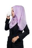 美丽的现代年轻亚洲回教女商人饮用的咖啡, 库存照片