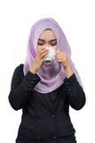 美丽的现代年轻亚洲回教女商人饮用的咖啡 库存图片