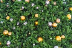 美丽的玻璃球和电灯泡在Christm的装饰品 免版税库存照片