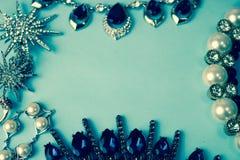 美丽的珍贵的发光的首饰时髦迷人的首饰集合,项链,耳环,圆环,链子,别针 免版税图库摄影