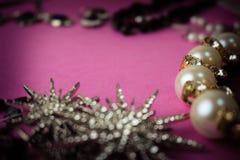 美丽的珍贵的发光的首饰时髦迷人的首饰集合,项链,耳环,圆环,链子,有珍珠的别针 库存图片