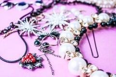 美丽的珍贵的发光的首饰时髦迷人的首饰集合,项链,耳环,圆环,链子,有珍珠的别针 免版税库存照片