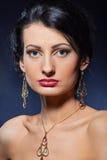 美丽的珠宝佩带的妇女 免版税库存图片