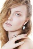 美丽的珠宝佩带的妇女 免版税图库摄影