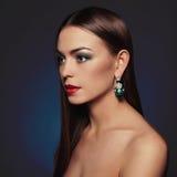 美丽的珠宝妇女年轻人 红色背景秀丽黑色女孩查出的嘴唇 图库摄影