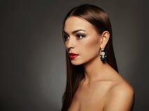 美丽的珠宝妇女年轻人 红色背景秀丽黑色女孩查出的嘴唇 库存照片