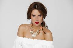 美丽的珠宝妇女年轻人 免版税库存照片