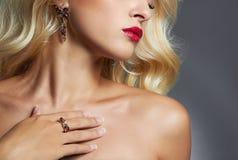 美丽的珠宝妇女 白肤金发的女孩卷曲发型 嘴唇、皮肤和头发 库存图片