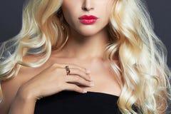美丽的珠宝妇女 白肤金发的女孩卷曲发型 嘴唇、皮肤和头发 免版税图库摄影