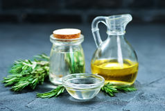 美丽的瓶穿戴的油橄榄香料 免版税库存照片