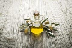 美丽的瓶穿戴的油橄榄香料 免版税图库摄影