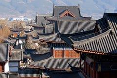 美丽的瓷中国lijiang宫殿屋顶 库存图片