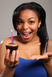 美丽的生日女孩愉快的惊奇年轻人 免版税库存图片