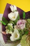 美丽的生日花束,紫色和白色 图库摄影