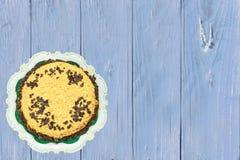 美丽的生日蛋糕的顶视图在明亮的蓝色木tabl的 库存照片
